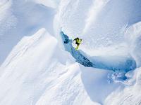 Экстрим фото недели: Коди Таунсенд над горной щелью Тордиллос, Аляска
