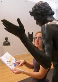 32 веселых снимка со статуями. Эти ребята знают, как скрасить скучное фото!