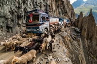 Опасная дорога в Индии, от одних снимков которой душа в пятки уходит