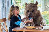 Эта русская пара уже 23 года живет с медведем под одной крышей!