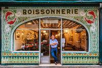 15 фото красочных и прекрасных витрин старинных парижских магазинчиков