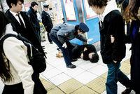 10 фото пьяных японцев от Ли Чэпмэна, которые приводят в замешательство