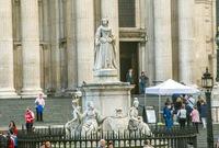 Королева Виктория у главного входа