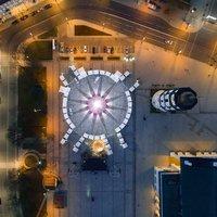 Великолепная рождественская елка в Вильнюсе украшена 70 000 лампочек и 900 игрушками