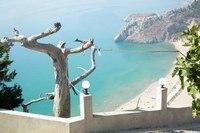 Вид на пляж с горы монастыря