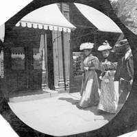 19-летний студент прятал камеру в одежде, чтобы сделать тайные снимки улиц в 1890-е