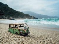 Британский фотограф создает истории путешествий крошечных ретромашинок