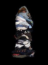 Безликие портреты людей, надевших всю свою одежду одновременно