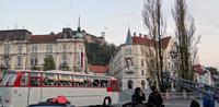 Любляна, фото на фоне экскурсионного автобуса