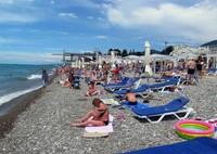 Практически все пляжи оборудованы лежаками и зонтиками