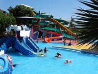 В аквапарке множество развлечений для взрослых и детей