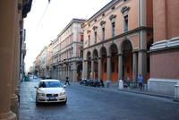 На улицах Болоньи в дневное время