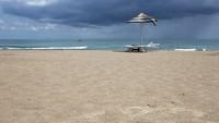 На пляже в пасмурный день