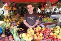 Типичный греческий продавец фруктов на улице