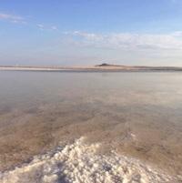 Озеро Баскунчак. Соляной пляж плавно уходит в воду.
