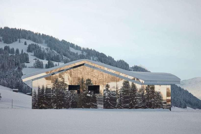 В швейцарских Альпах появился зеркальный дом-хамелеон