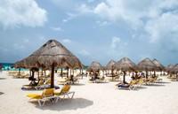 На пляже есть зонтики, защищающие от солнца