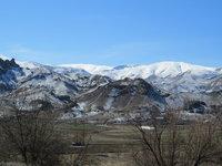 Кое-где в горах по-прежнему лежит снег